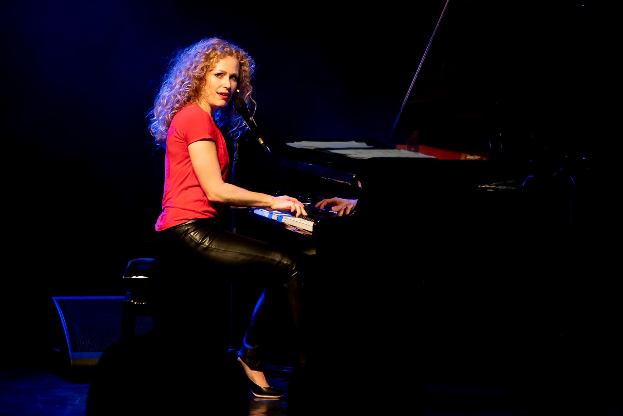 Caroline Bungeroth auf der Bühne am Flügel